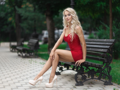 Обои Girl, cleavage, long hair, dress, legs, photo, photographer, blue eyes, park, model, lips, face, bench скачать
