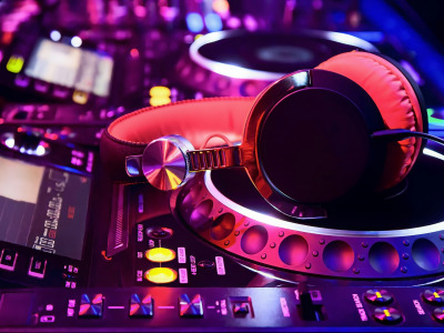 Обои Pink, Purple, Colorful, Lights, Night, Button, Headphones, Blur, DJ Turntable скачать