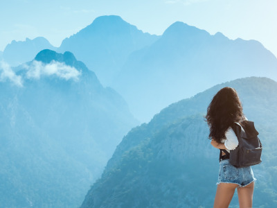 Обои Girl, legs, jean shorts, brunette, short shorts, backpack, peace, landscape, nature, mountains, mood, tranquility, shorts, ... скачать