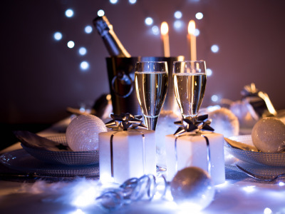 Обои Christmas, style, food, New Year, holiday, glasses, champagne, elegance, presents, dishes скачать